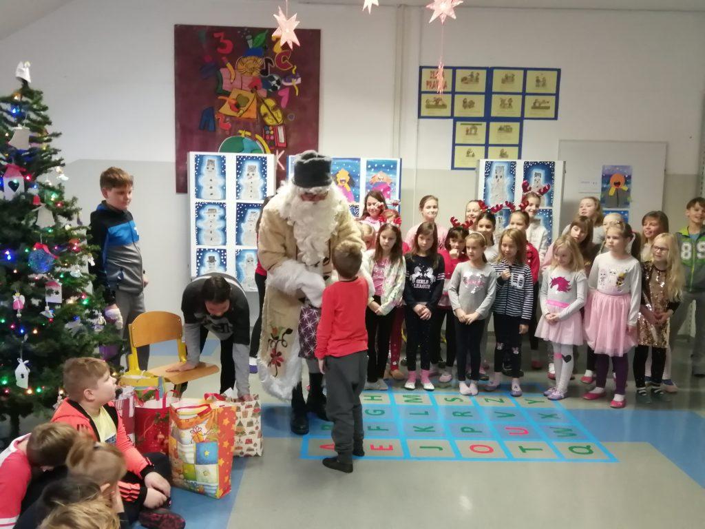 Dedek Mraz na podružnični šoli
